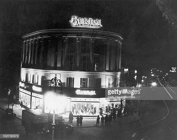 Elephant and Castle Burton store at night February 1934.jpg