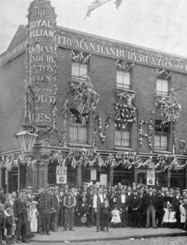 Abbey Street. The Royal William Pub c1900.jpg
