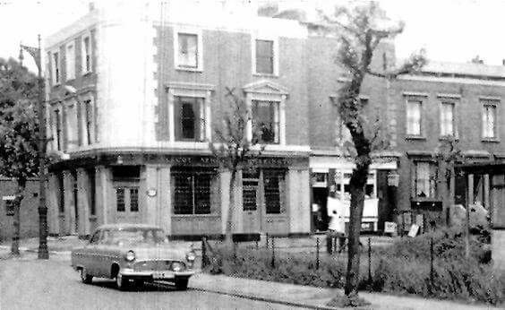 Alscot Road, Alscot Arms Pub. The Ford is parked in Willow Walk..jpg