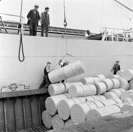 Surrey Commercial Docks 1953, rolls of paper being unloaded.   X.png